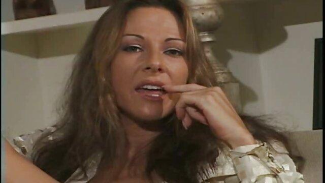 Francesca se despierta cachonda y se masturba en anal en la cocina la cama